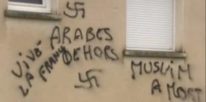 Le genre de graffiti qu'on trouve sur la mosquée de Besançon…