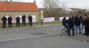 Calais_fachos_devant_le_squat_Rue_Emile_Dumont_Coulogne