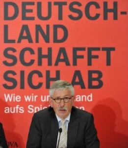 """Sarrazin et son bouquin """"L'Allemagne disparait""""."""