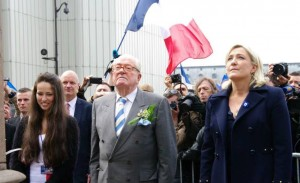 À la droite de Jean-Marie, Kelly Betesh, le type même de la nouvelle image que le FN aimerait donner…