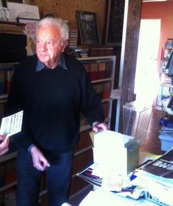 Maurice Rajsfus chez lui, au milieu de ses archives.