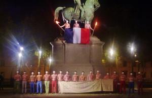 Les Hommen sur la statue de la place Napoléon lors des mobilisations homophobes de l'année dernière.