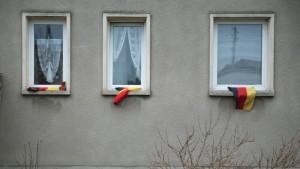 Appartements mis à disposition pour les demandeurs d'asile, à qui PEGIDA voudrait leur refuser, en posant des drapeaux allemands aux fenêtres.