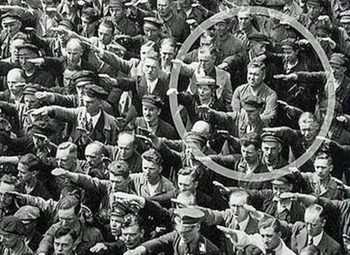 1936 : August Landmesser, dans l'Allemagne hitlérienne, refuse de faire le salut nazi