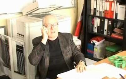 Le Pen se faisant filmer en train d'appeler des maires pour qu'ils lui accordent leur signature.