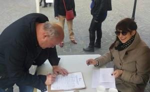 Julie Apricena fait signer la petition contre la loi travail le 19 mars
