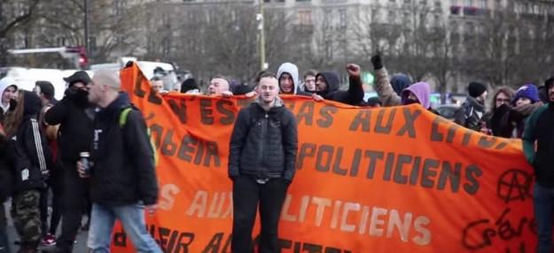 """Saurez-vous les reconnaître ? """"Grève générale"""", A cerclé… Et pourtant : derrière la banderole orange, les guignols du Mouvement du 14 Juillet et la petite bande de Bohort Mignolet, alias Bohort le Belge."""