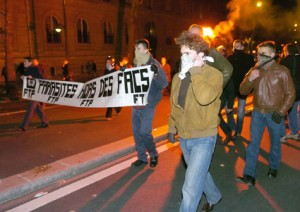 Hier, déjà : la « Fédération des étudiants contre le Travail Perturbé » attaque une manifestation anti CPE en 2006.