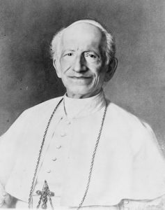 Léon XIII, mépris de classe et sourire satisfait sous les dorures du Vatican.