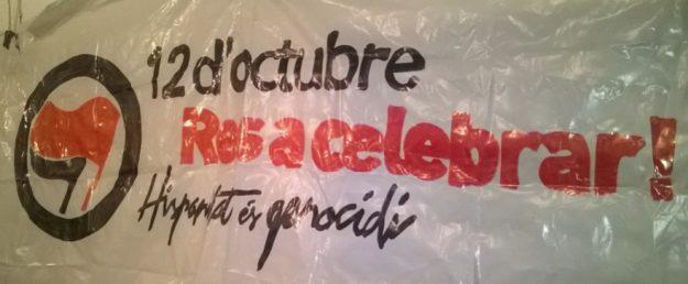 «12 octobre, rien à célébrer! L'Hispanité est un génocide».Photo prise à Barcelone, lors de la projection du documentaire Acta non Verba le 7 octobre.