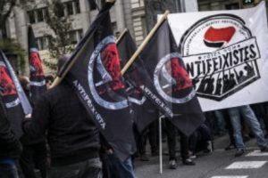 Drapeaux de la Plateforme Antifascistependant la manifestation antifa du 12 octobre.«Nous sommes tous-tes antifascistes»