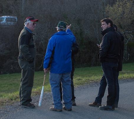 Batte de baseball en main, miliciens en discussion avec les fonctionnaires de la DGSI, à la grande époque du blocage de la ZAD du Testet