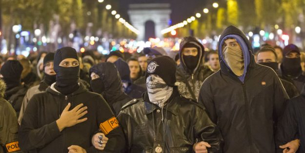 Cagoulés et armés sur les Champs Élysées.