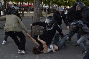 un-policier-en-civil-arrete-un-manifestant