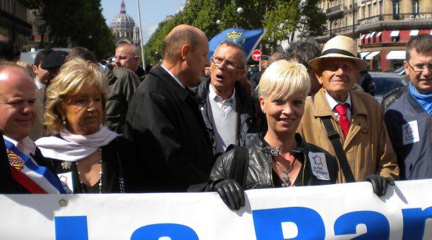 L'engagement contre l'avortement de Martine Lehideux es toujours d'actualité, comme on peut le voir sur cette photo d'une manifestation de Civitas en 2014, où elle défile aux côtés de Xavier Dor (cravate rouge), le président de SOS Tout Petits.