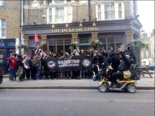 les antifascistes à Londres contre une conférence de Génération Identitaire